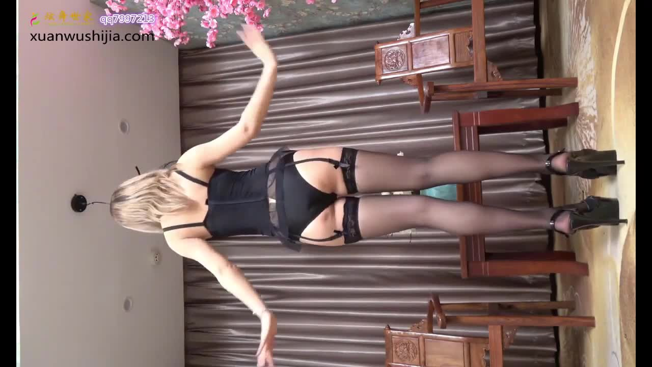 Beautiful legs Chinese chick dancing streaming  black stockings and high heels1~1